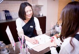 【nAdesico nail salon 渋谷】アートデザインが豊富、社会保険完備、スタッフの定着率の良さが自慢!渋谷駅より徒歩2分。宮益坂の駅近サロンです。