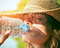 頑張って水を飲めば綺麗になれるって本当ですか?