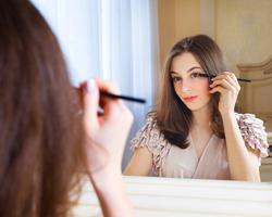 目の使いすぎは老けて見える原因に?目元のたるみを解消する表情筋エクササイズ