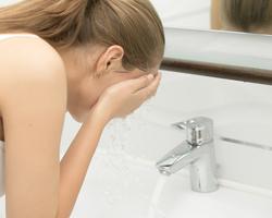 朝の洗顔は乾燥の原因になる?肌の潤いを守る洗顔方法について