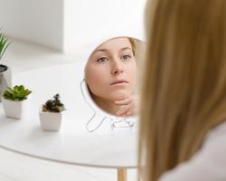 乾燥肌の症状って?インナードライ肌が気になるテカりの改善方法について
