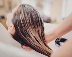 梅雨は髪のうねりが気になる季節。湿気に負けない髪を作るケラチントリートメントとは